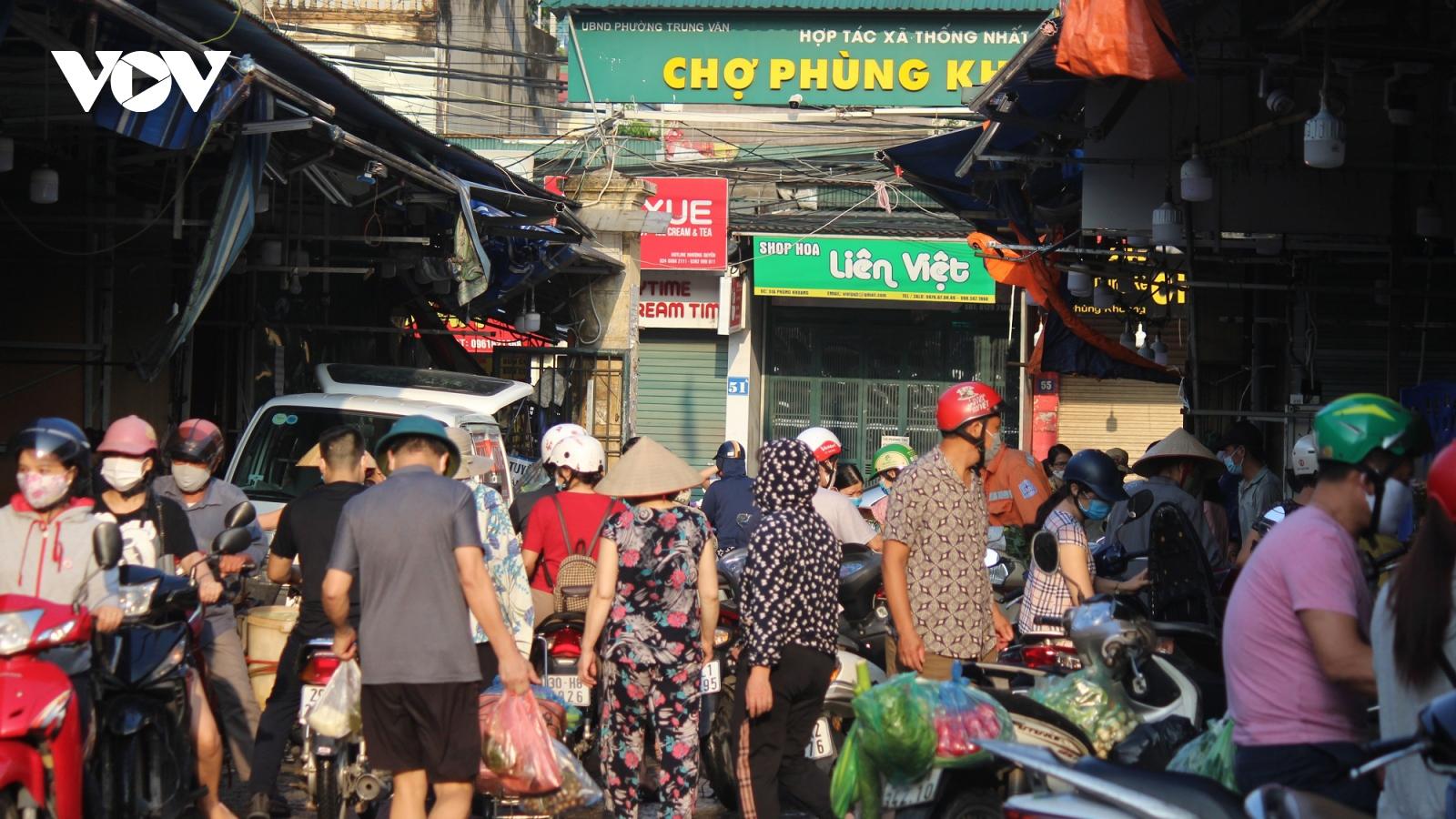 Sáng đầu tiên giãn cách, chợ dân sinh Hà Nội vẫn đông người dù hàng hóa không thiếu