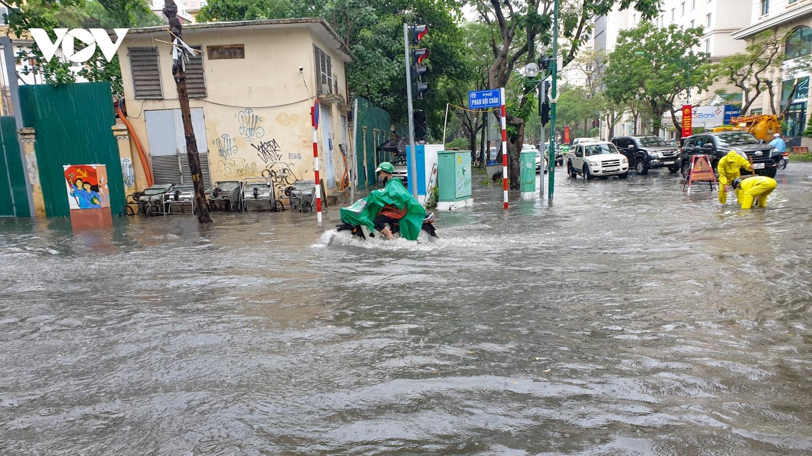 Mưa lớn, nhiều tuyến phố ở Hà Nội ngập sâu trong nước