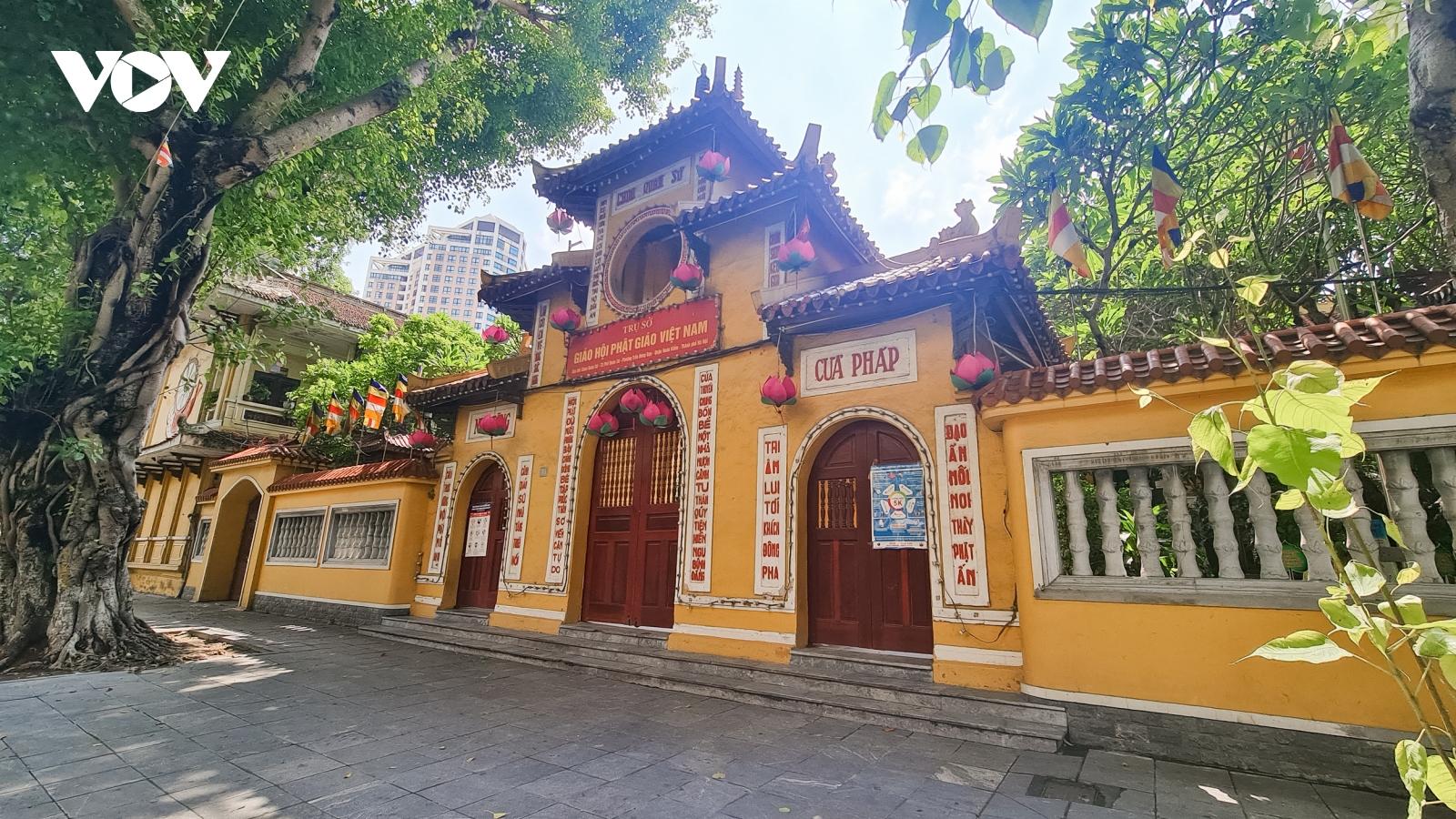Người dân chấp hành Chỉ thị 16, không còn cảnh vái vọng trước cửa đền chùa ngày rằm
