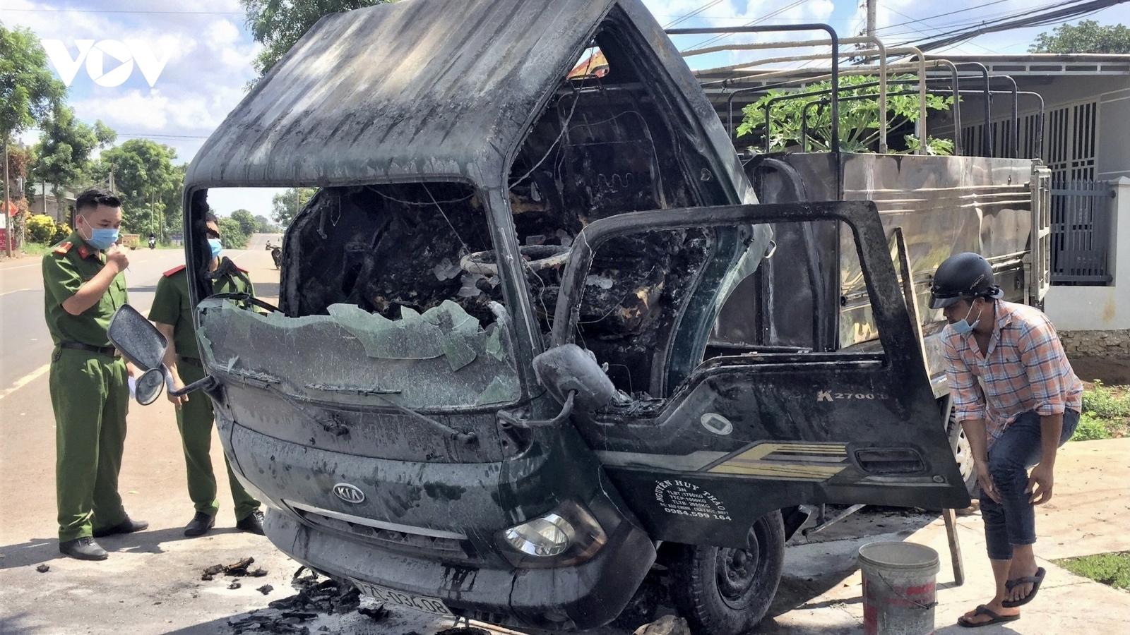 Xe tải đậu trong nhà bỗng dưng bốc cháy
