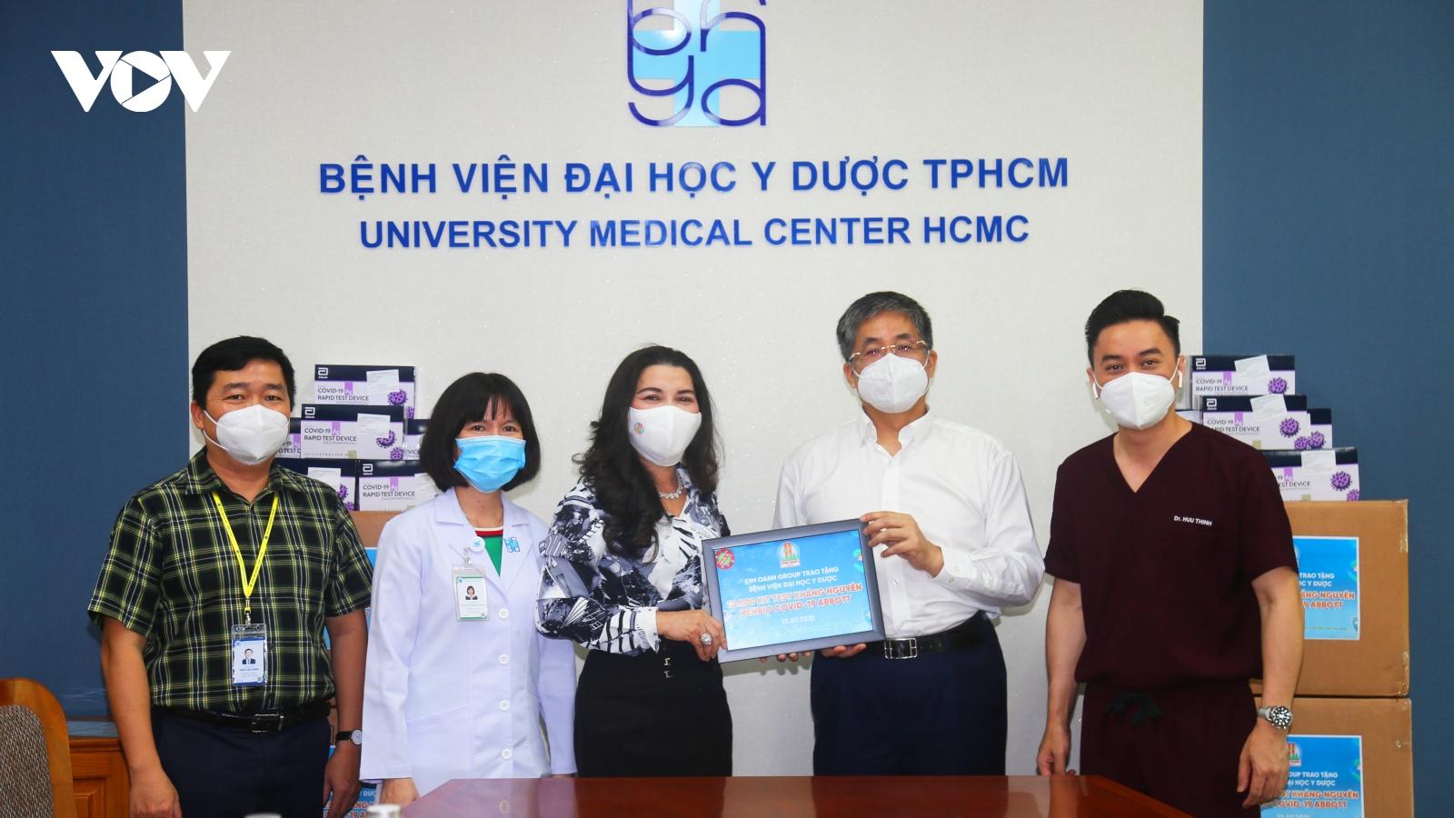 Kim Oanh Group trao 10.000 bộ kit test nhanh Covid-19 cho Bệnh viện Đại học Y dược TP.HCM
