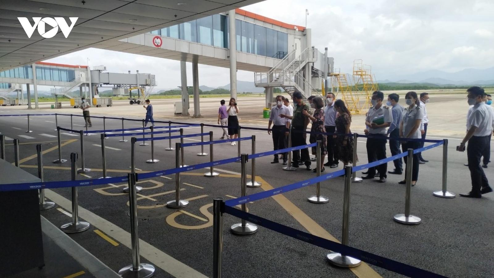 Bộ Y tế kiểm tra quy trình đón người nhập cảnh qua sân bay Vân Đồn, Quảng Ninh