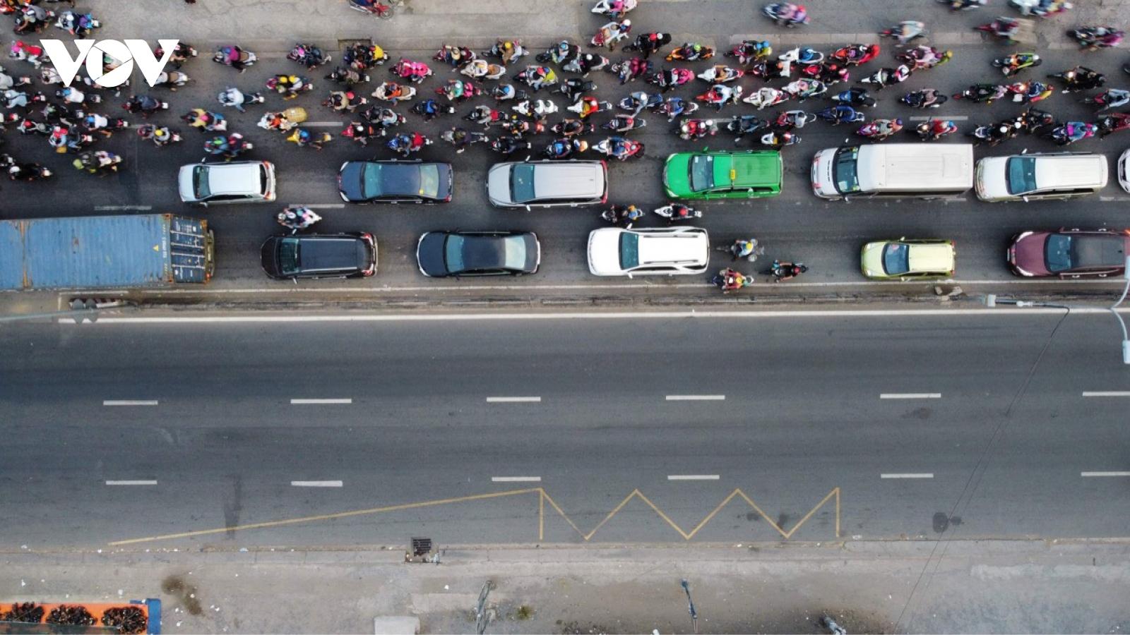Nhiều người rời khỏi TP.HCM trước giờ giãn cách theo Chỉ thị 16