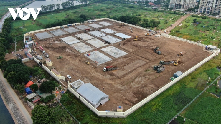 Large field hospital for severely-ill COVID-19 patients takes shape in Hanoi