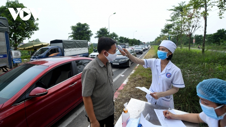 Heavy traffic forms at entry to Hanoi due to tight pandemic control measures