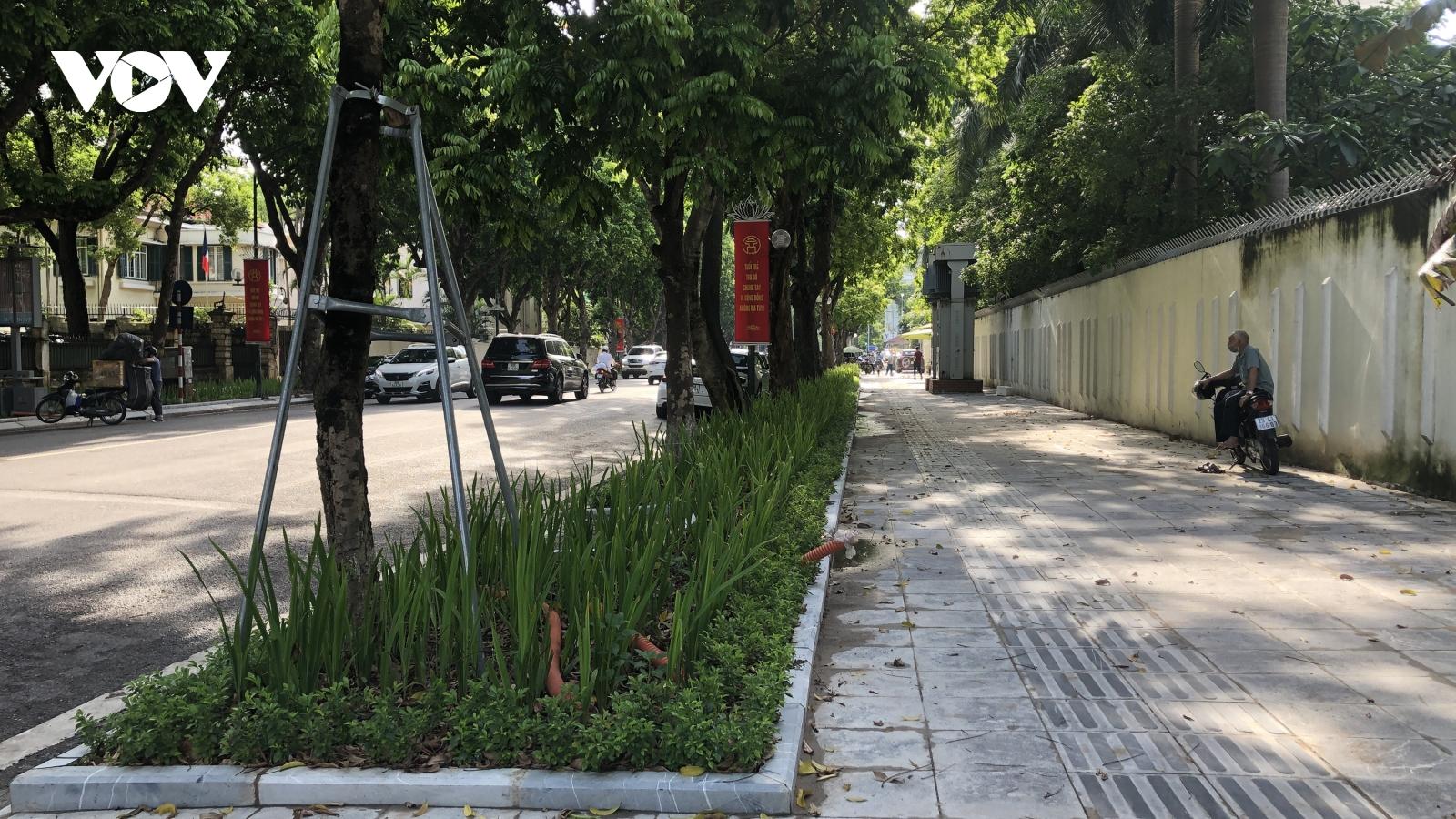 Hà Nội xén vỉa hè một số tuyến phố để làm bồn hoa