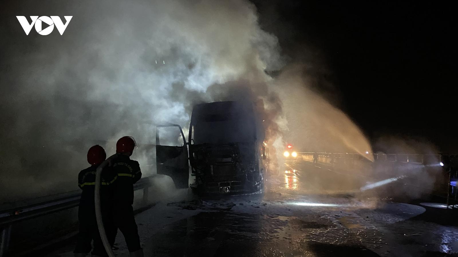 Cháy xe kéo rơ móc trên cao tốc Đà Nẵng- Quảng Ngãi