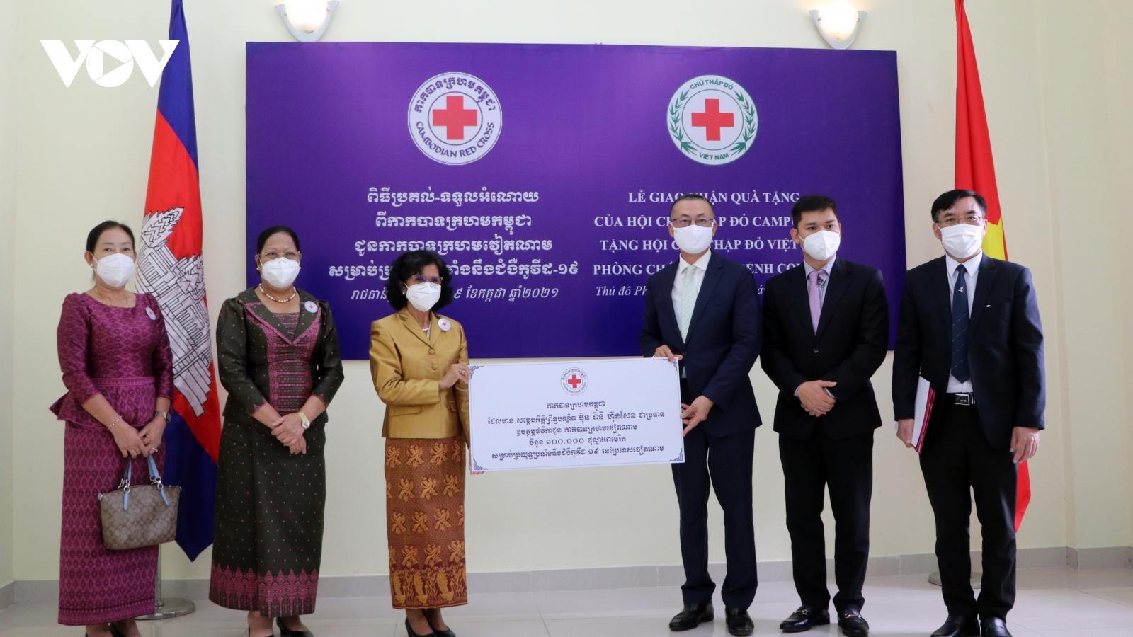 Việt Nam tiếp nhận nguồn lực chống dịch Covid-19 do Campuchia trao tặng