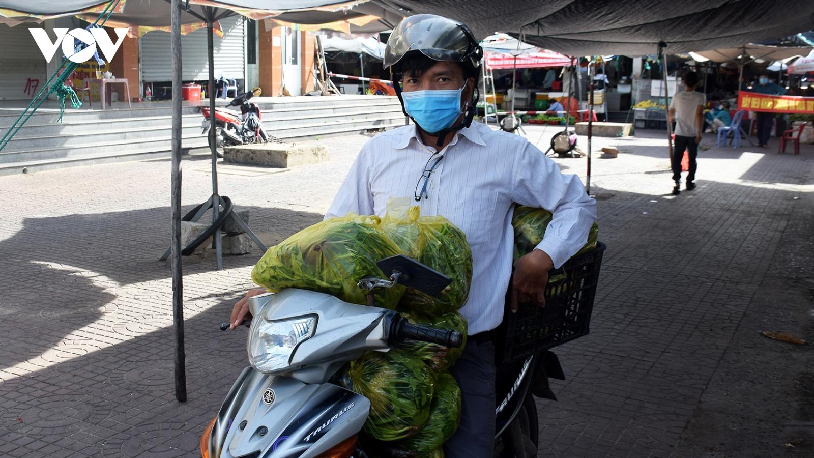 Người dân Tuy Hoà đi chợ bằng phiếu