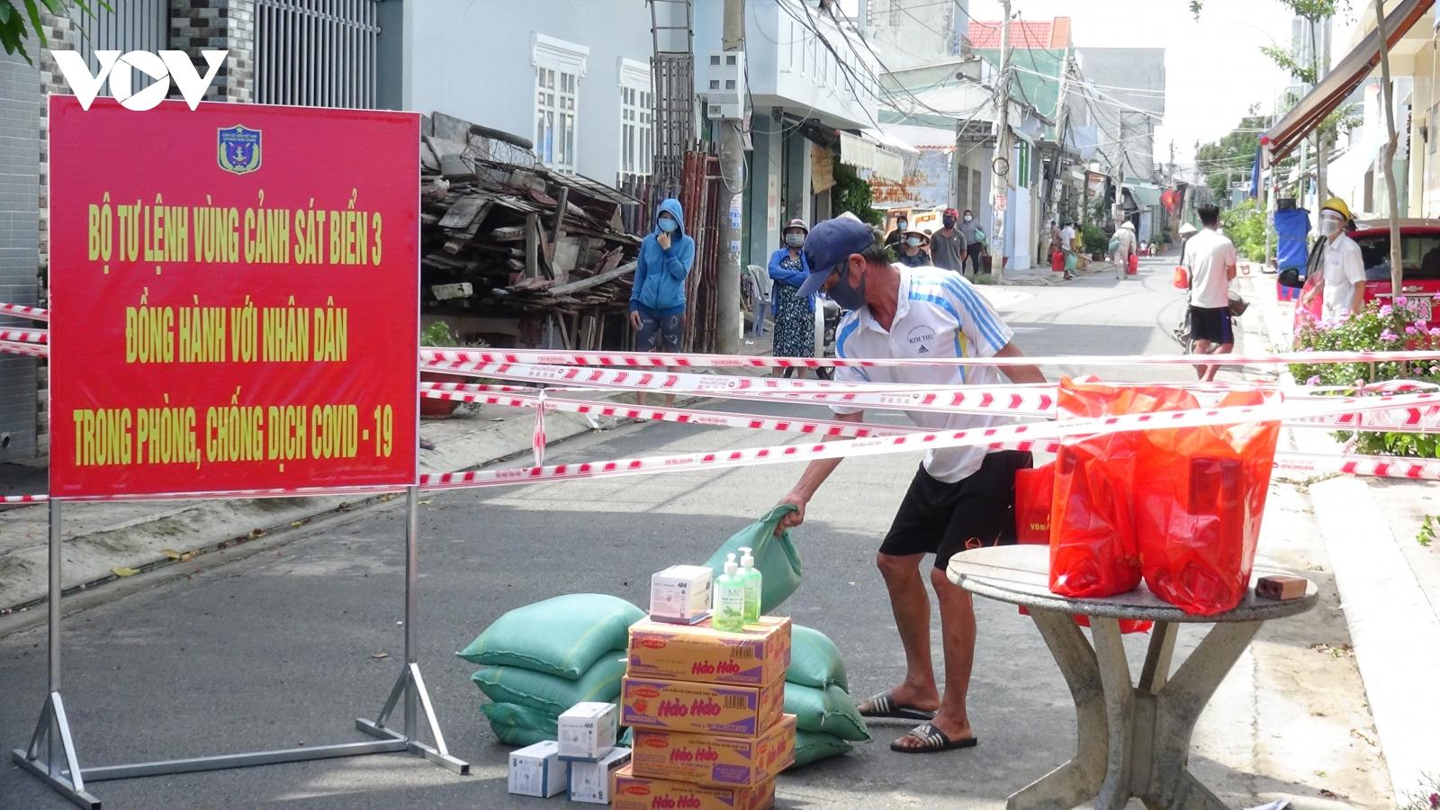 Vùng Cảnh sát biển 3 gửi tặng hàng trăm phần quà cho người dân trong khu phong tỏa