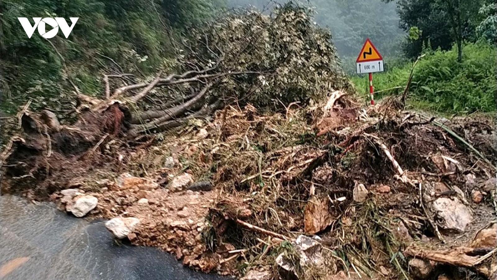 Mưa lớn gây sạt lở, giao thông ách tắc ở một số tỉnh Tây Bắc