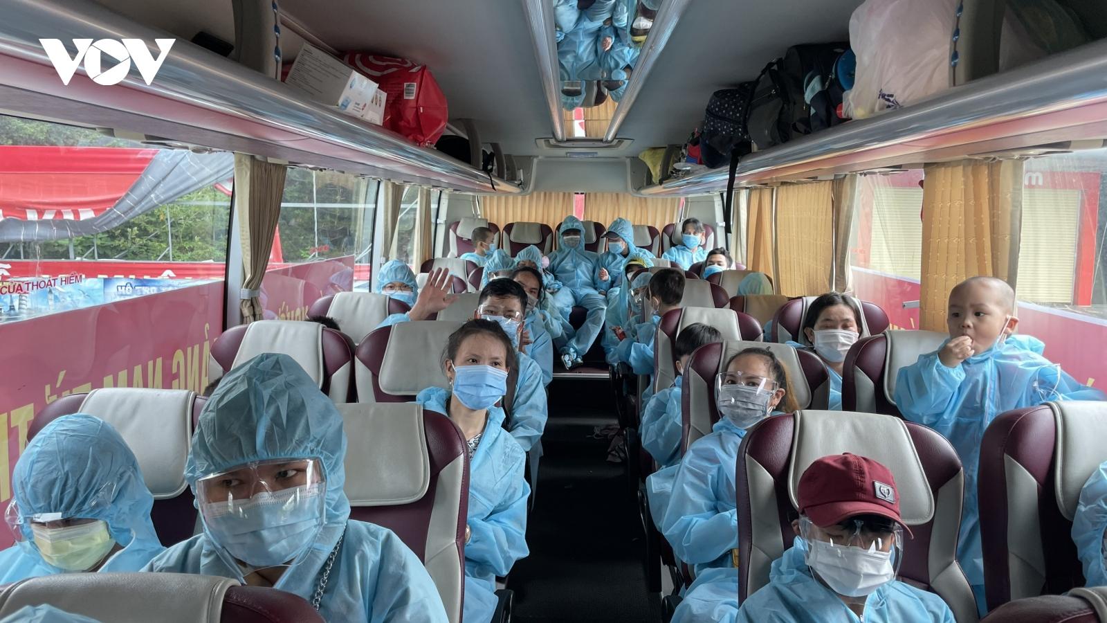 Những chuyến xe đón người dân từ thành phố Hồ Chí Minh về đến Quảng Nam