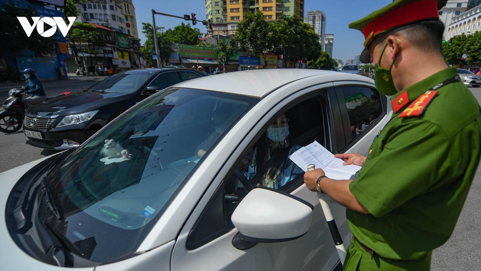Hà Nội lập chốt trên nhiều tuyến đường kiểm soát người ra đường không lý do
