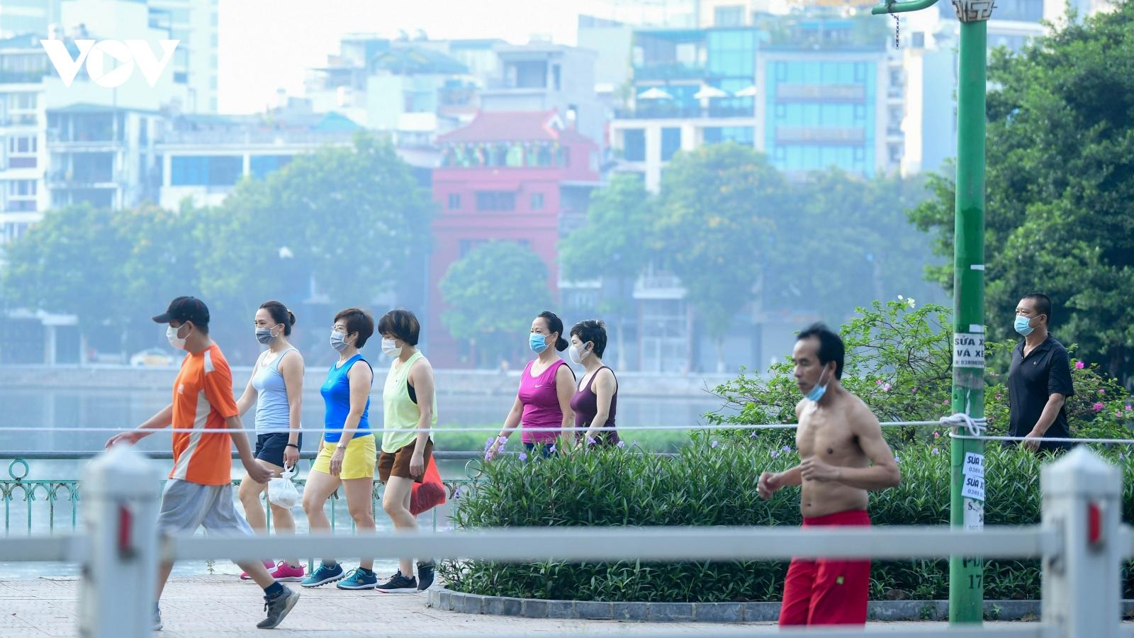 Sáng đầu tiên Hà Nội siết chặt phòng chống dịch, người dân vẫn túa ra đường tập thể dục