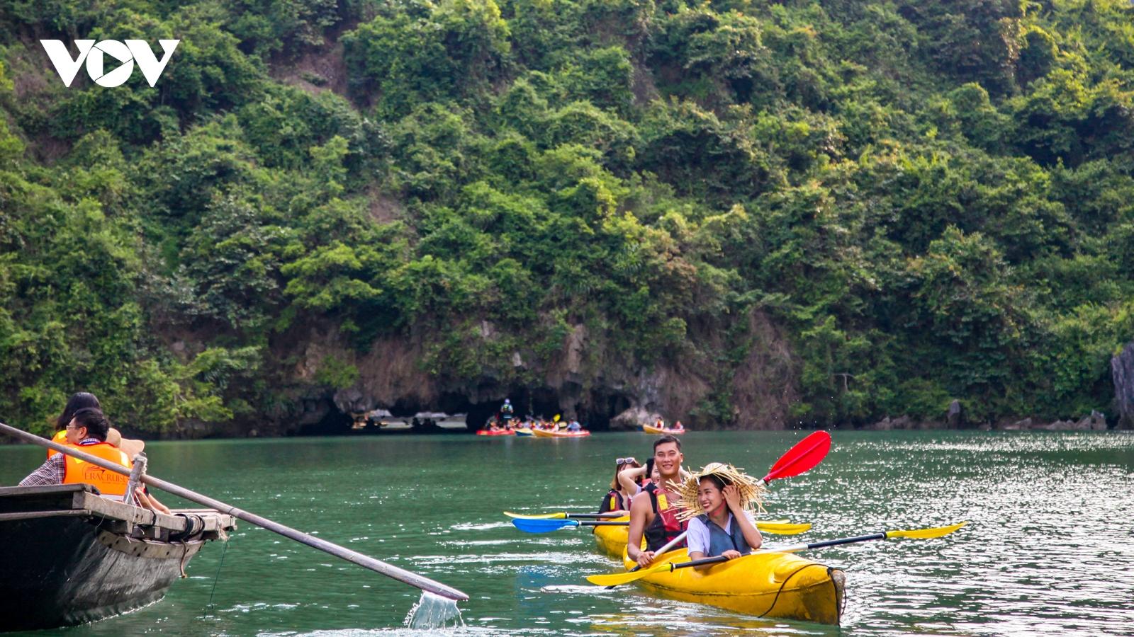 Doanh nghiệp đồng loạt kiến nghị giảm phí du thuyền ngủ đêm trên vịnh Lan Hạ