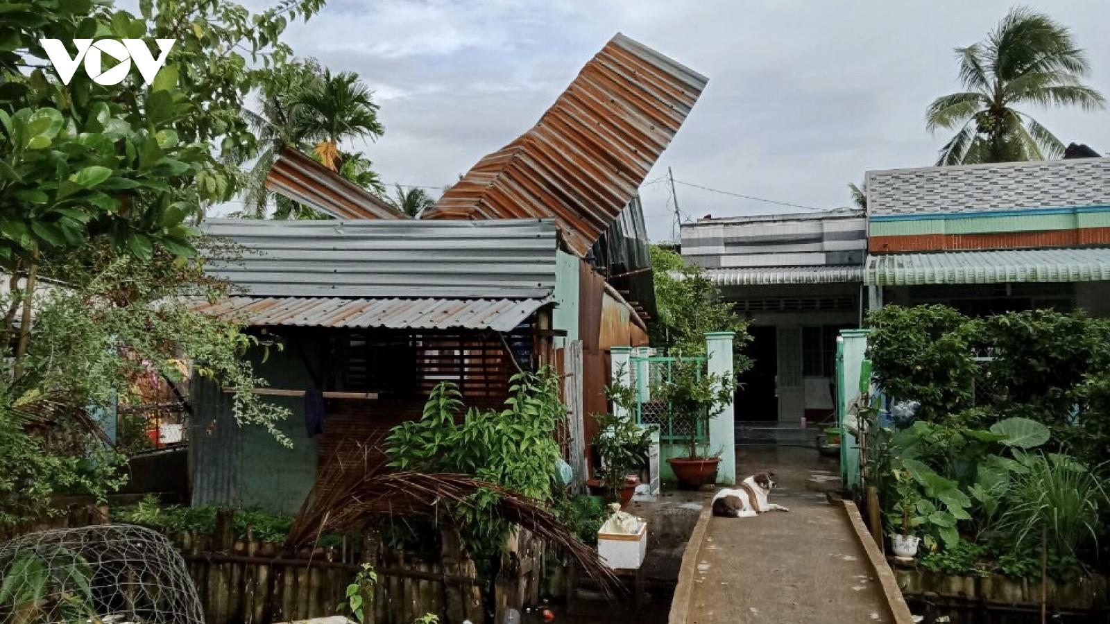 Mưa kèm giông lốc làm sập, tốc mái nhiều nhà dân tại Hậu Giang