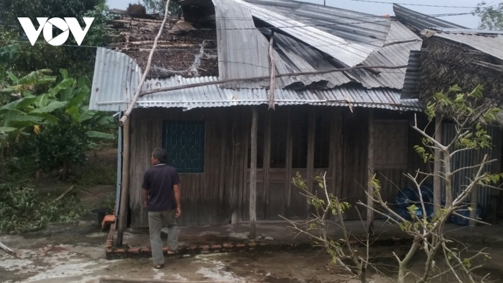 Dông lốc ở Tiền Giang gây thiệt hại nhiều nhà dân