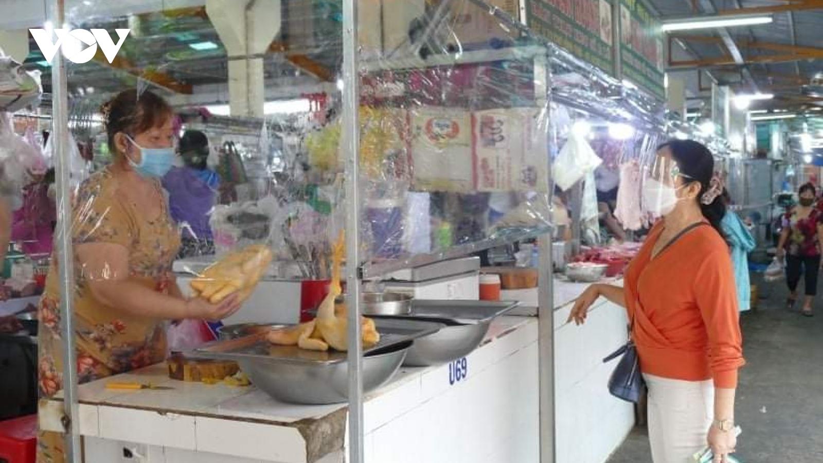 Một số chợ truyền thống ở TP.HCM mở cửa trở lại, nơi đông nơi thưa vắng