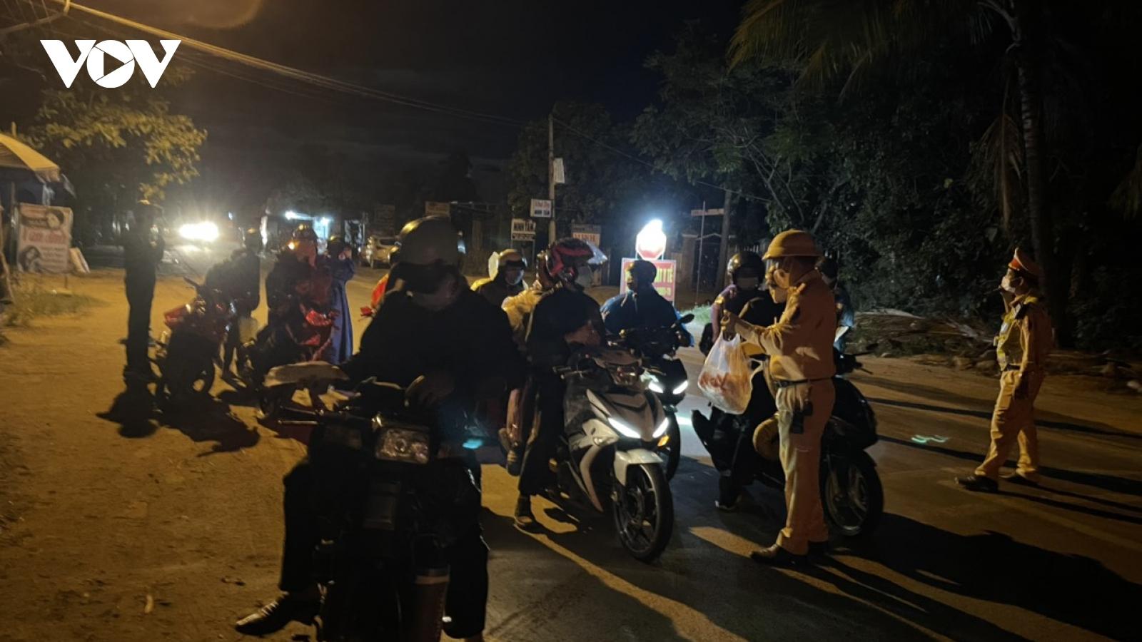 Cảnh sát giao thông trắng đêm dẫn đoàn người từ TP.HCM về quê đi qua Đà Nẵng