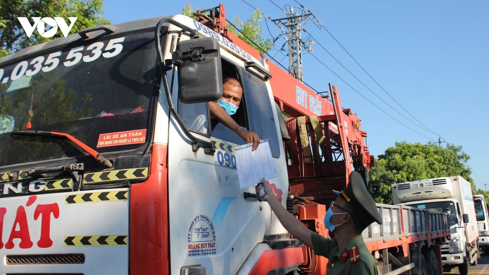 Quảng Nam hoán đổi lái xe chở hàng hóa ra vào tỉnh tại chốt kiểm soát