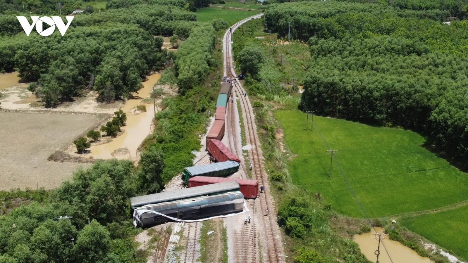 Huy động cần cẩu 100 tấn để cẩu đầu máy tàu trật bánh, thông tuyến đường sắt Bắc Nam
