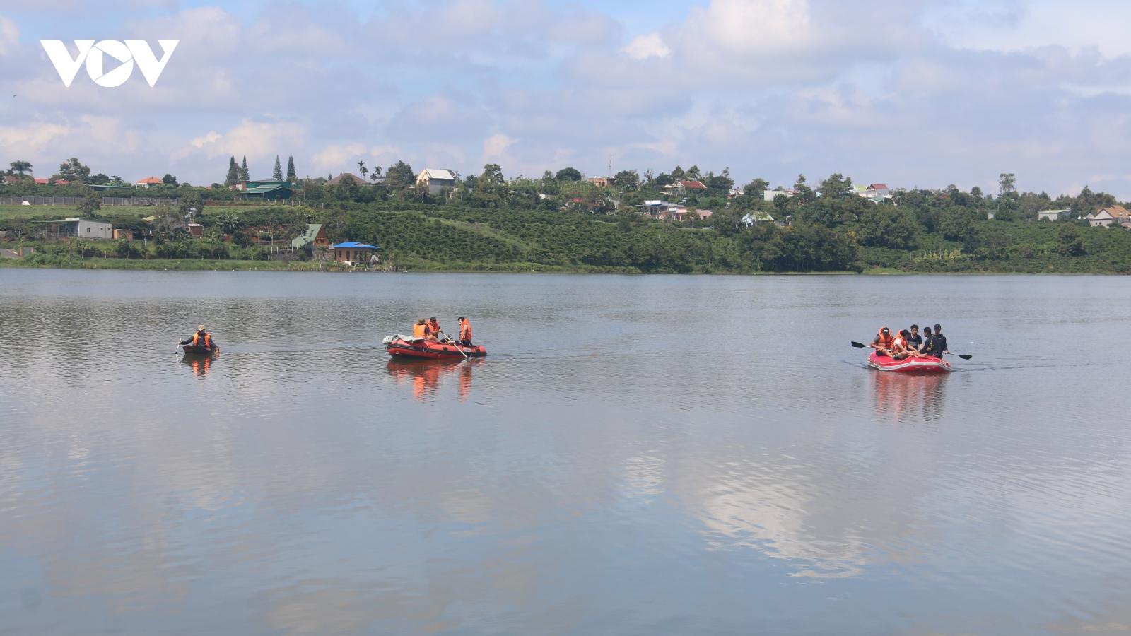 Lật xuồng trên hồ thủy lợi khiến 1 người mất tích