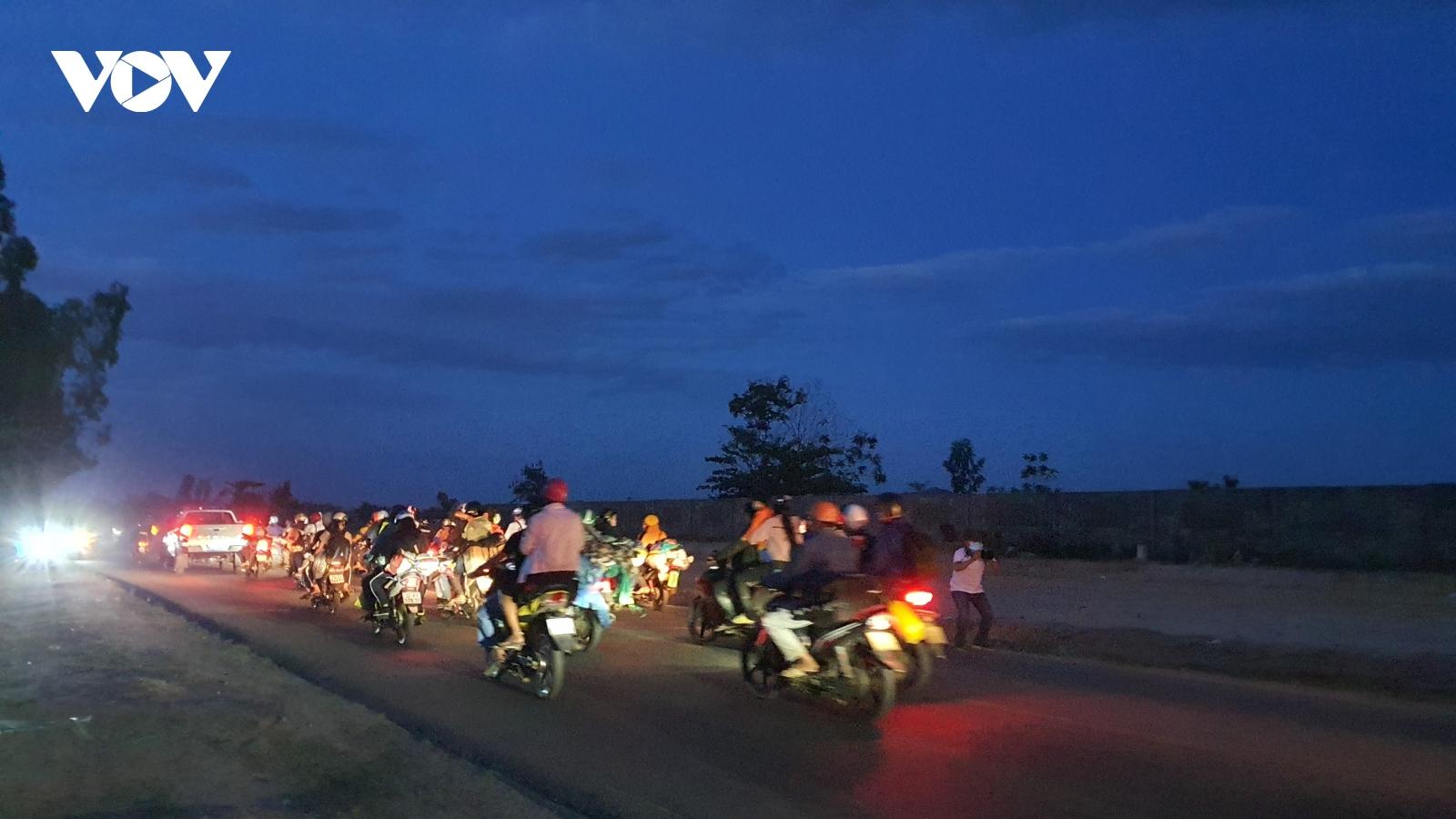 Bơ phờ vượt hàng ngàn km bằng xe máy từ vùng dịch về quê