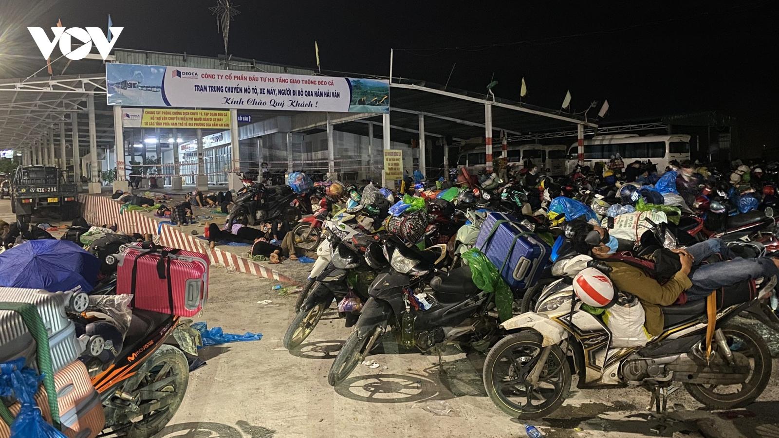 Hàng nghìn người làm việc ở các tỉnh phía Nam đi xe máy về các tỉnh, miền