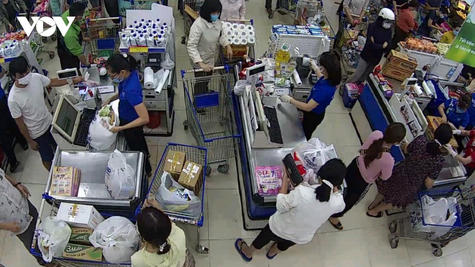 Đắk Lắk: Người dân Buôn Ma Thuột đổ xô đi mua hàng tích trữ