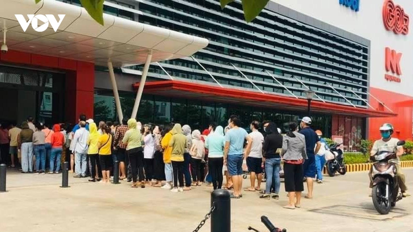 Khánh Hòa: Tạm ngưng hoạt động chợ truyền thống, dân đổ xô đi gom hàng