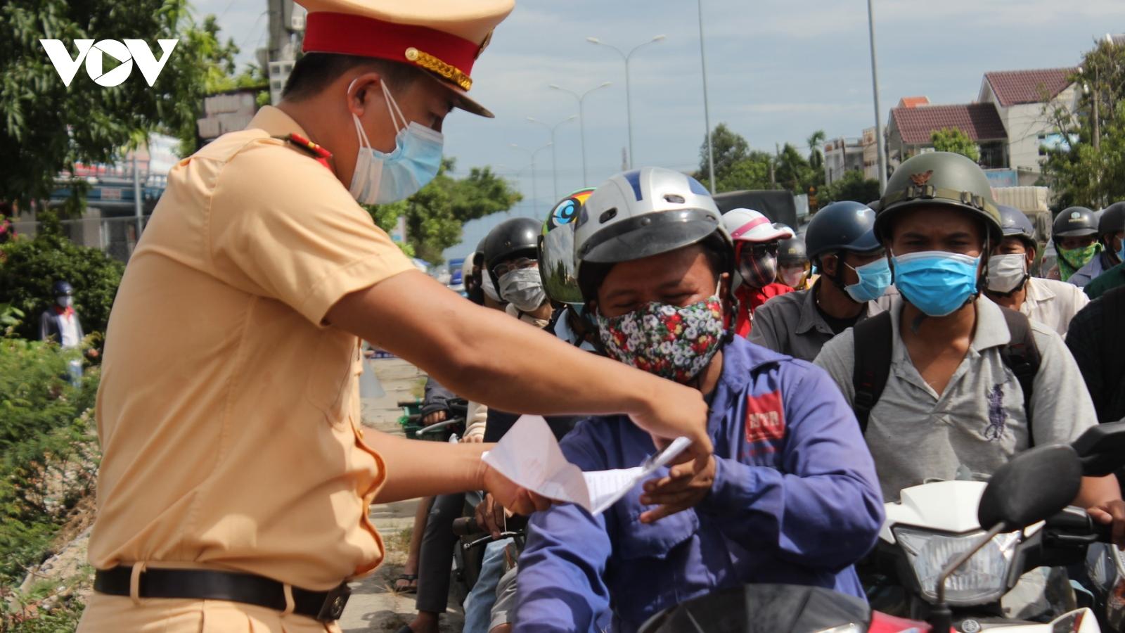 Dòng người chôn chân trên đường chờ qua chốt giáp ranh Đà Nẵng - Quảng Nam