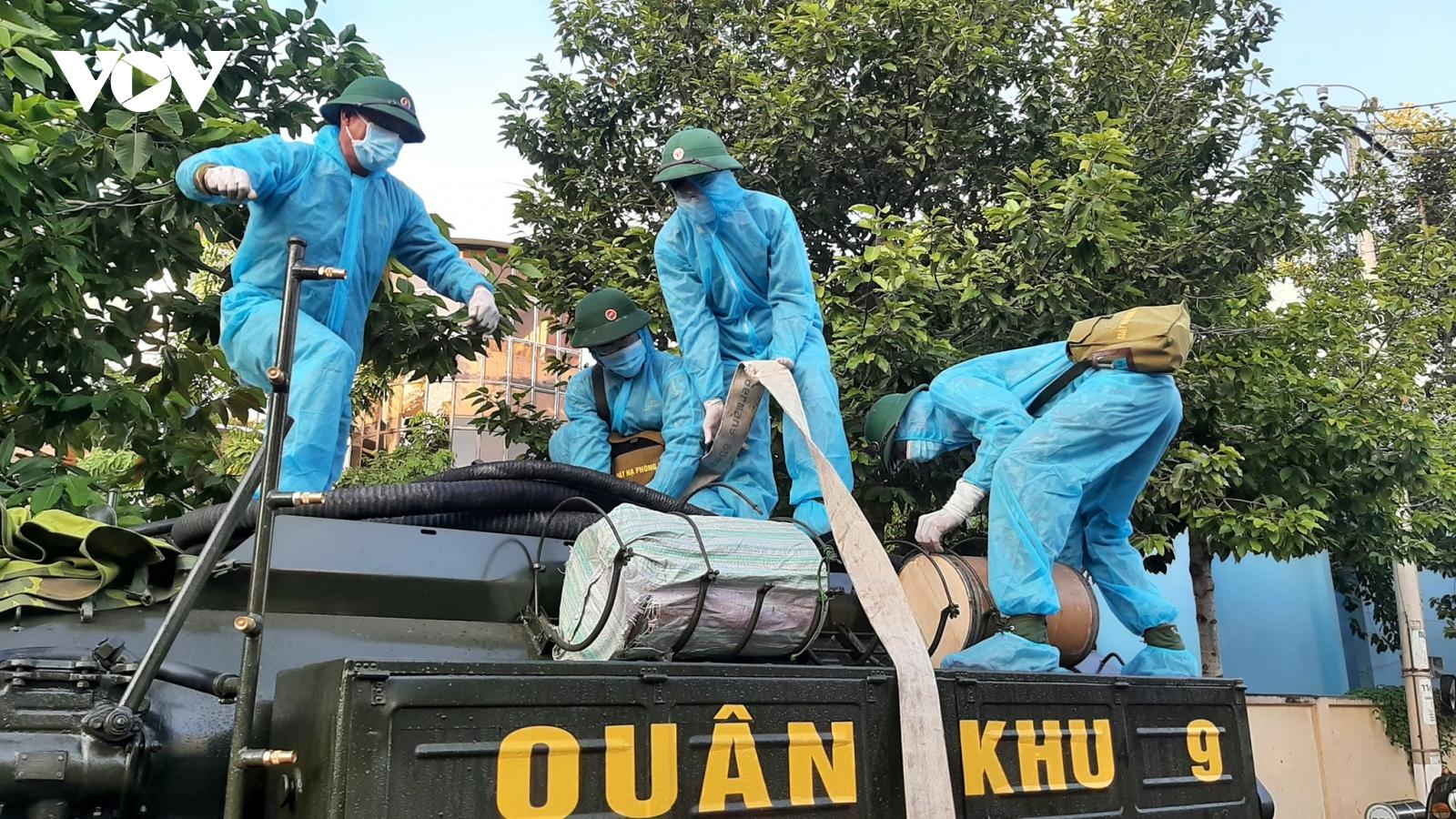 Xe đặc chủng phun khử khuẩn toàn thành phố Bến Tre