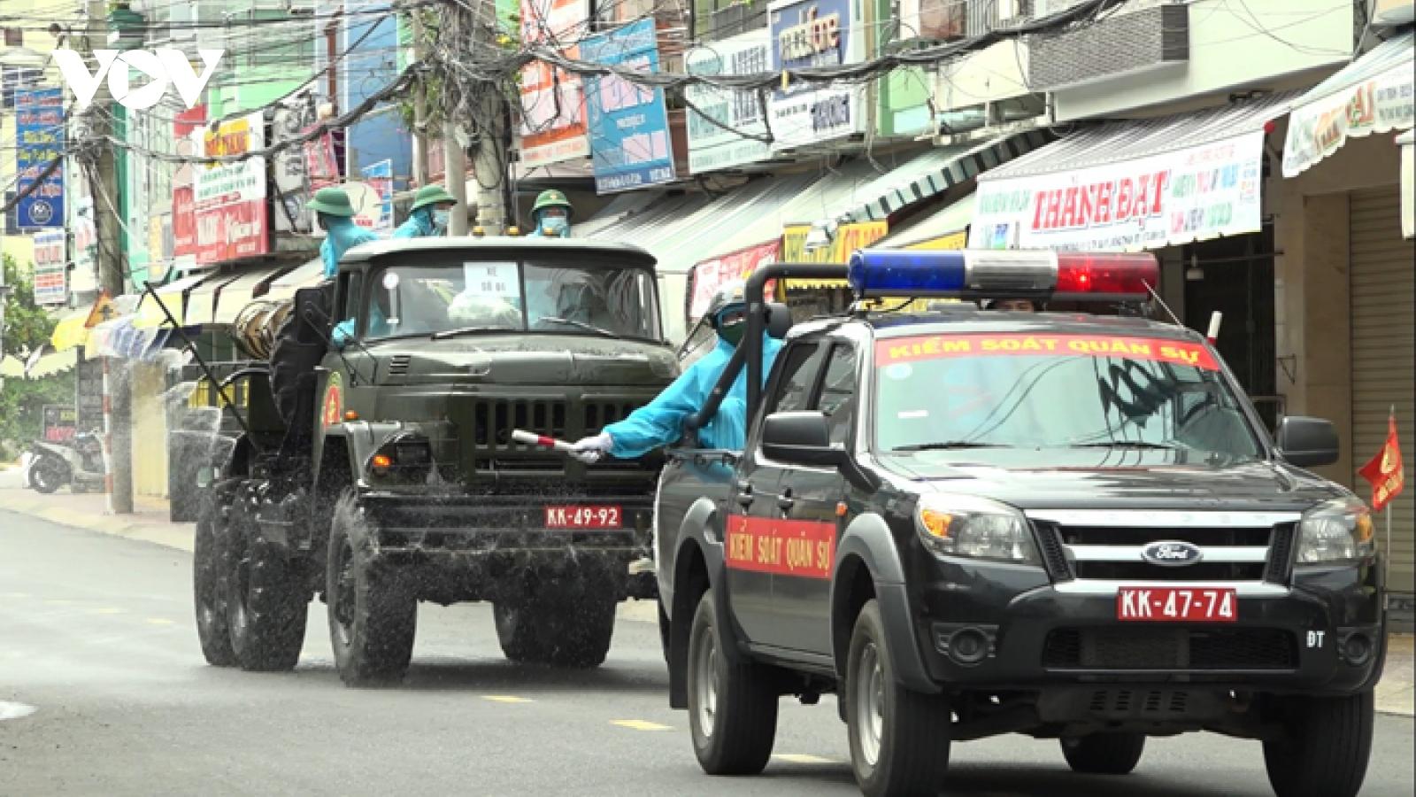 Quân khu 9 phun hóa chất khử trùng tại 5 huyện, thành phố của Đồng Tháp