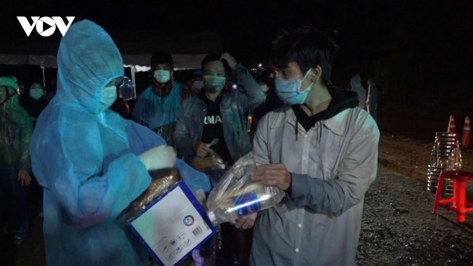 Thức đêm hỗ trợ người dân khó khăn từ TP.HCM về quê qua đèo Lò Xo