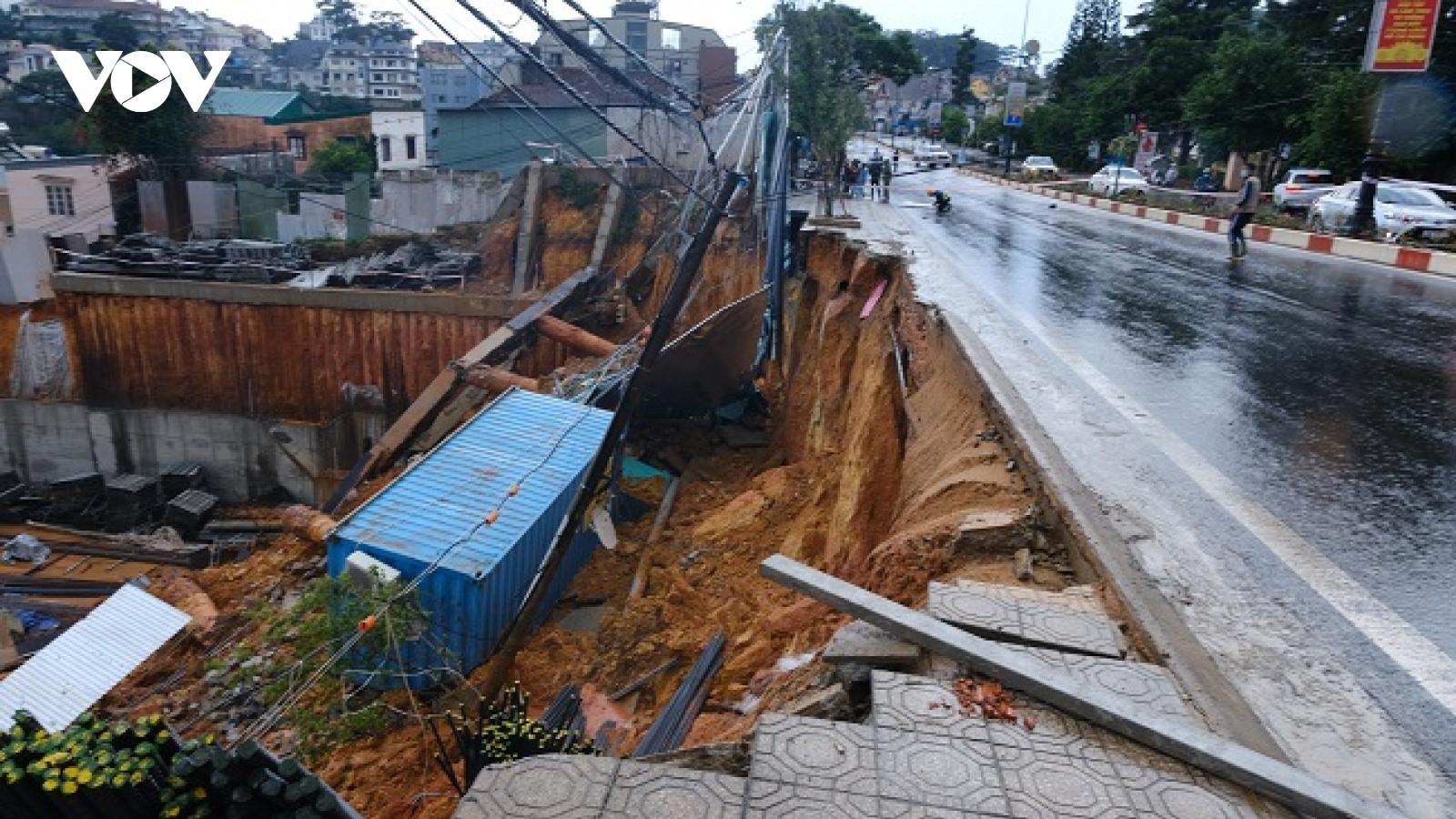 Sạt lở nghiêm trọng trên tuyến đường chính đi vào Đà Lạt