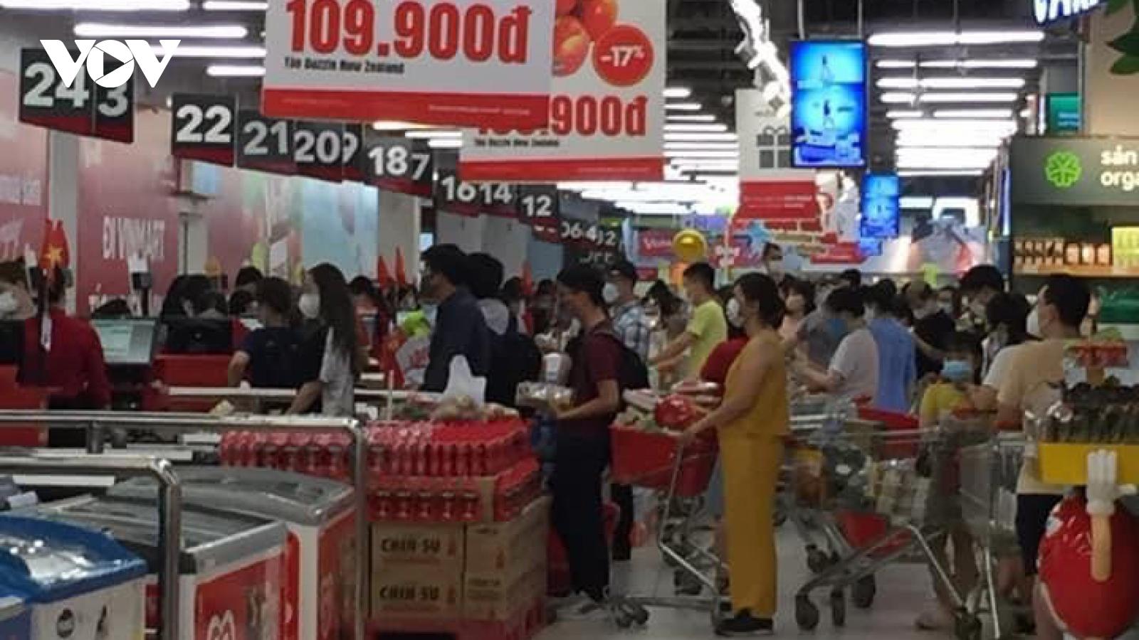 Nghe đồn Hà Nội giãn cách, nhiều người đổ vào siêu thị mua hàng