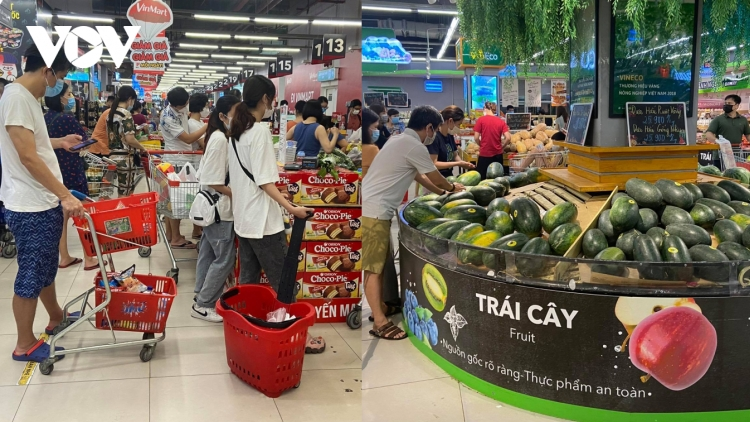 Hanoi residents hoard food, essential goods in ample supply