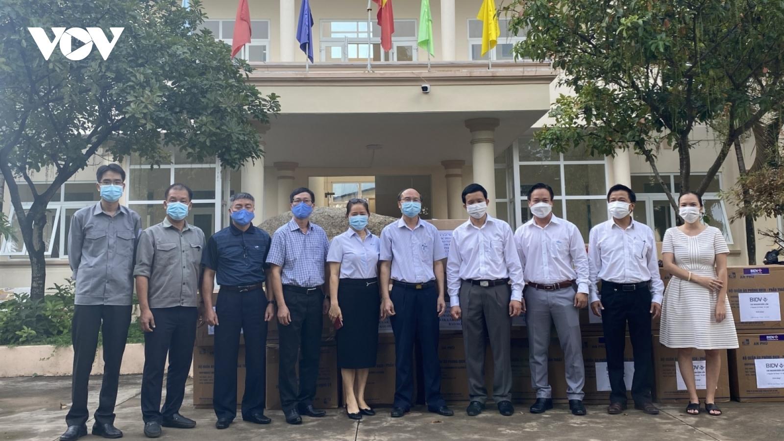 VOV Tây Nguyên tặng CDC Đắk Lắk thiết bị y tế trị giá gần 170 triệu đồng