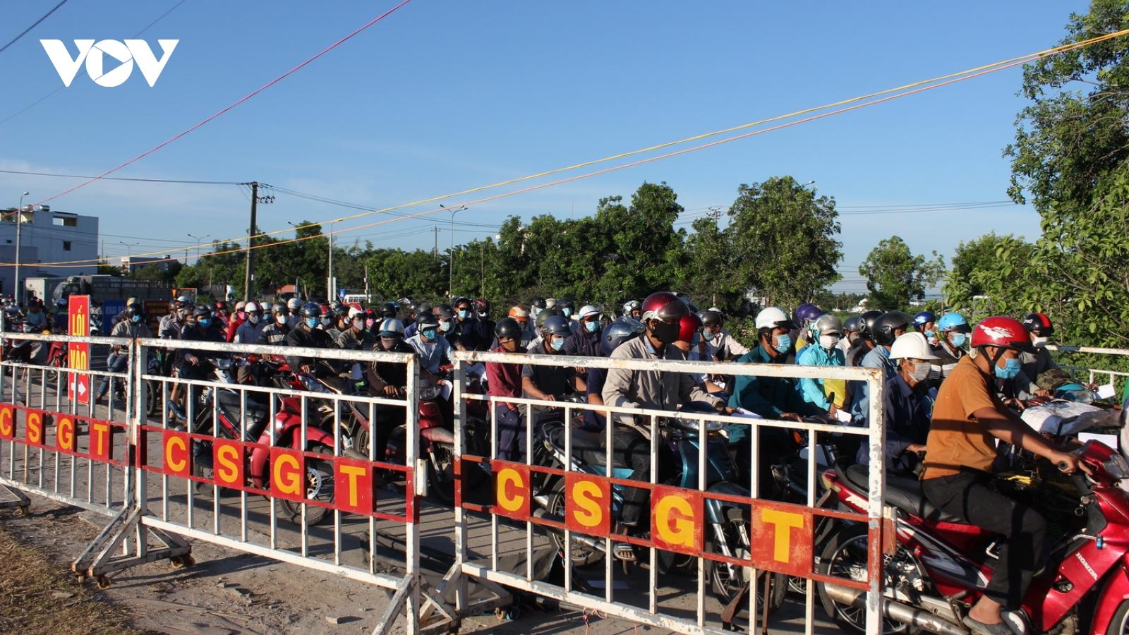 Người, xe gắn máy ùn ứ tại các chốt kiểm dịch ra vào Đà Nẵng
