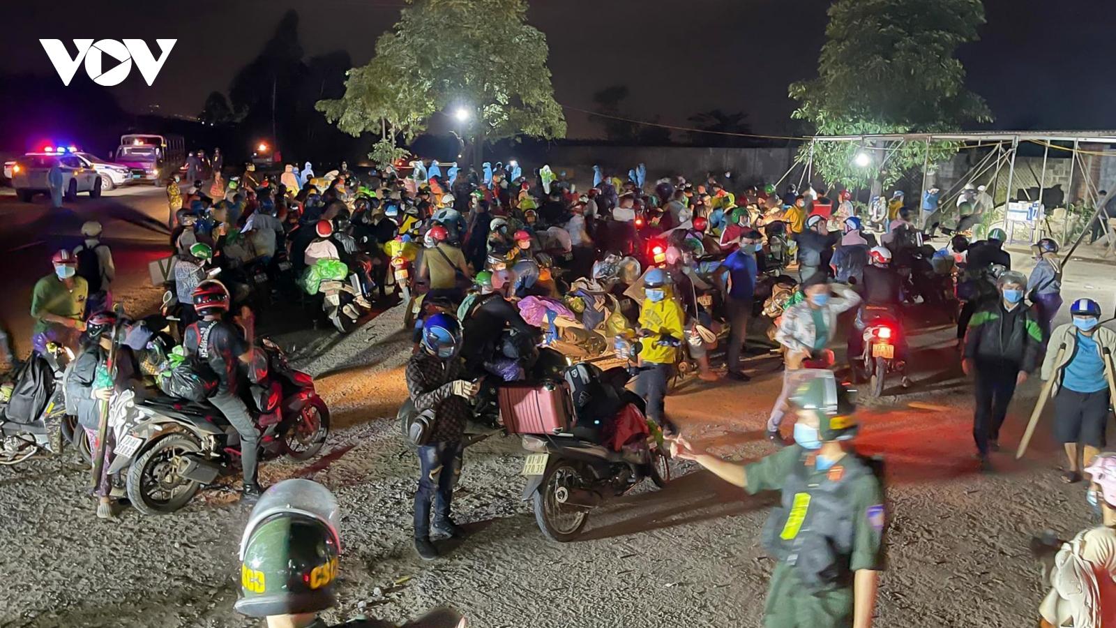 Ròng rã về quê tránh dịch bằng xe máy và chuyện nghĩa tình trên đường