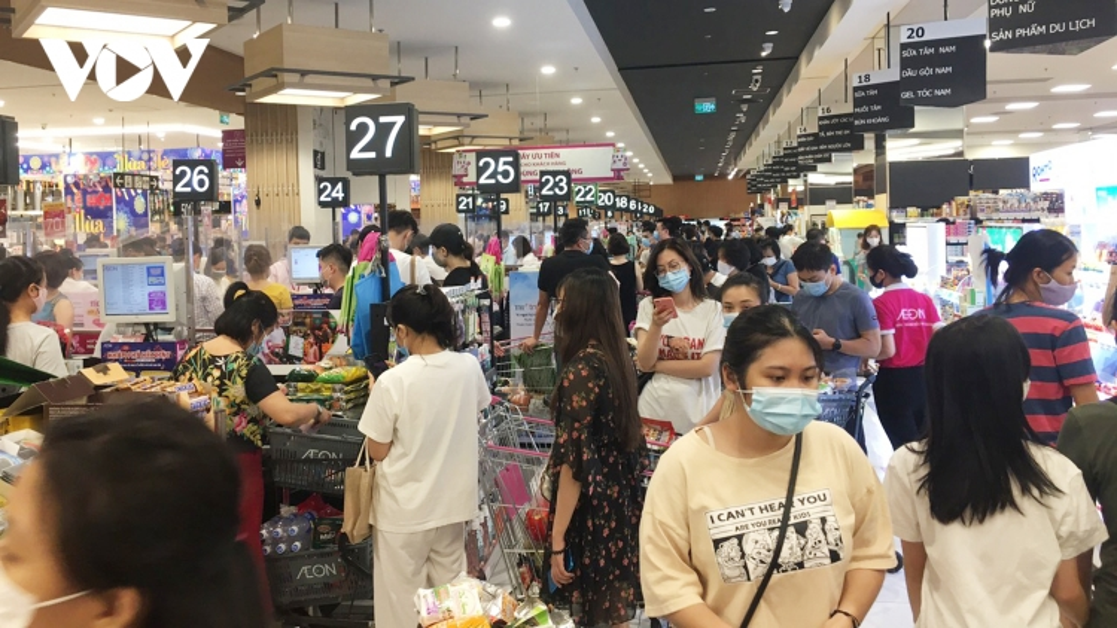 Aeon Mall Hà Đông đông nghẹt người, nhân viên siêu thị liên tục cấp hàng
