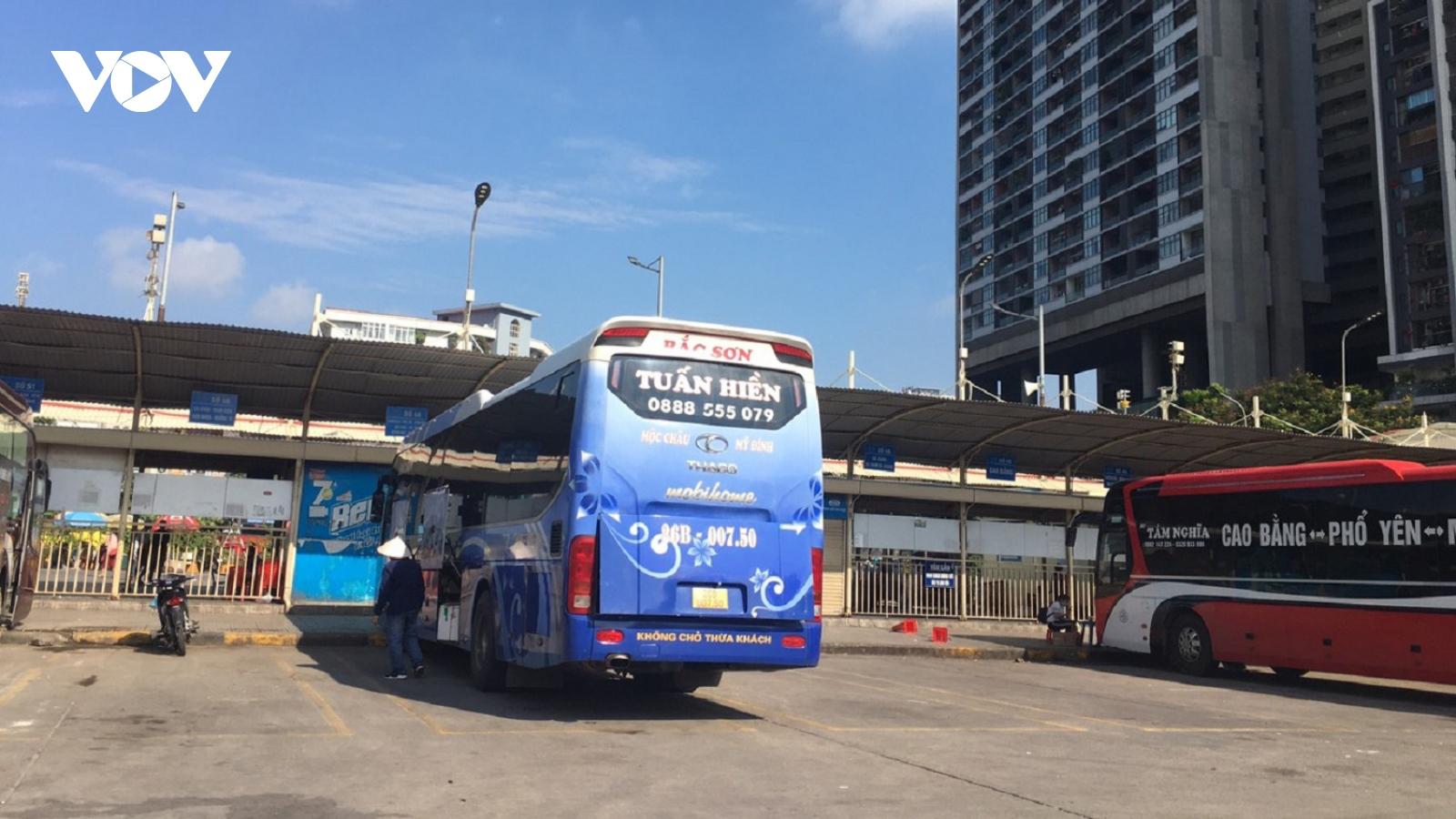 Bến xe ở Hà Nội thưa xe, vắng khách do dịch Covid-19