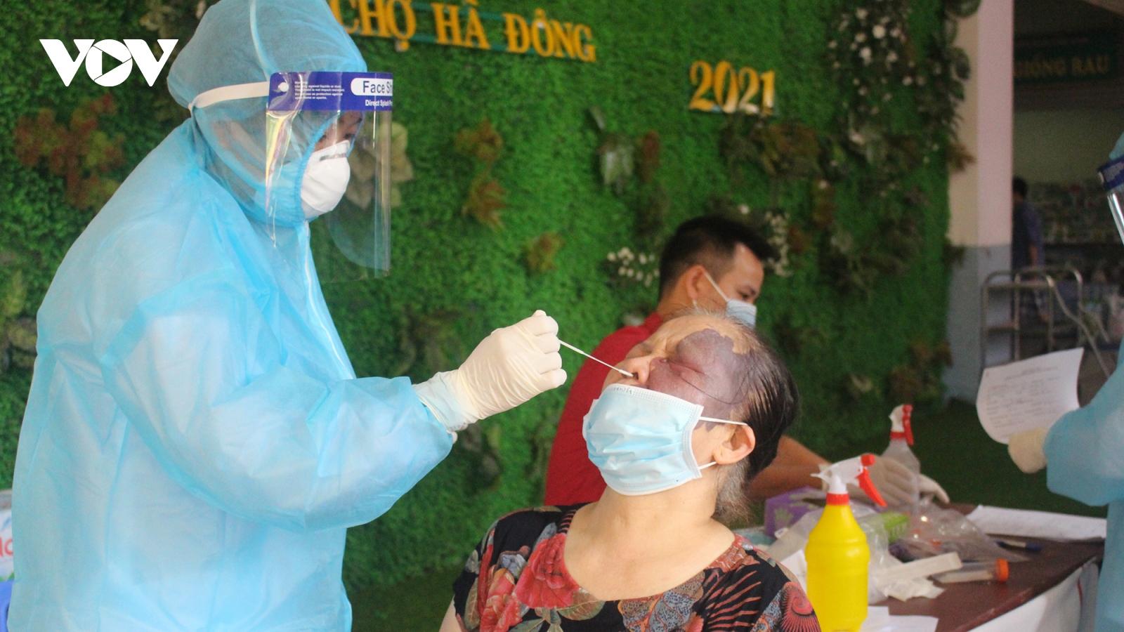 Người dân có nguy cơ cao mắc Covid-19 ở Hà Nội vui mừng vì được test PCR miễn phí