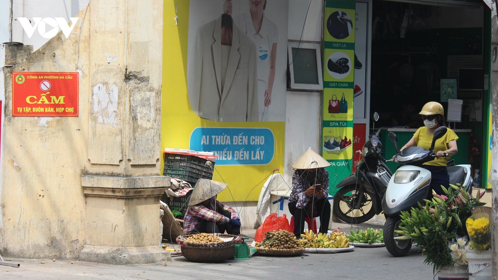 Chợ cóc, chợ tạm ở Hà Nội vẫn ngang nhiên tụ họp sau Công điện số 15
