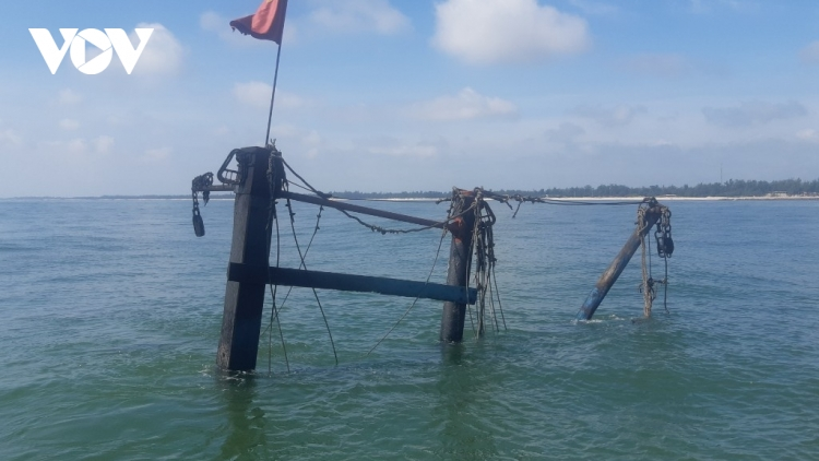 Cứu thành công ngư dân trên tàu cá Nghệ An bị cháy trong đêm