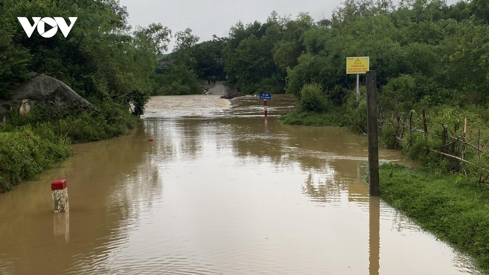 Quảng Bình mưa lớn, một số bản làng bị chia cắt tạm thời