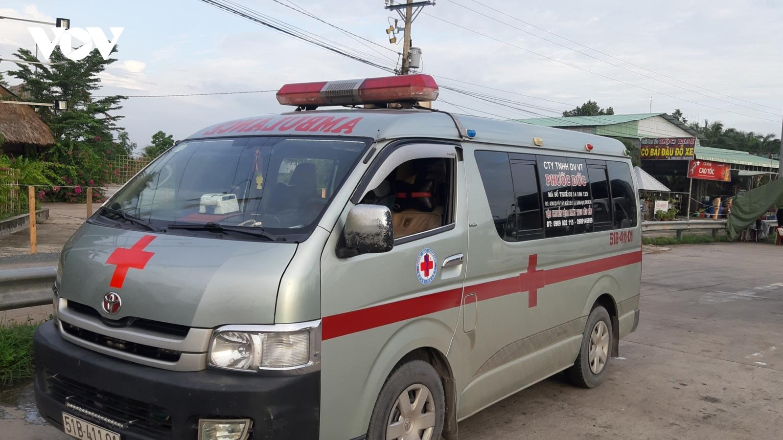 """Phát hiện xe cứu thương chở nhiều người """"né"""" chốt kiểm dịch"""