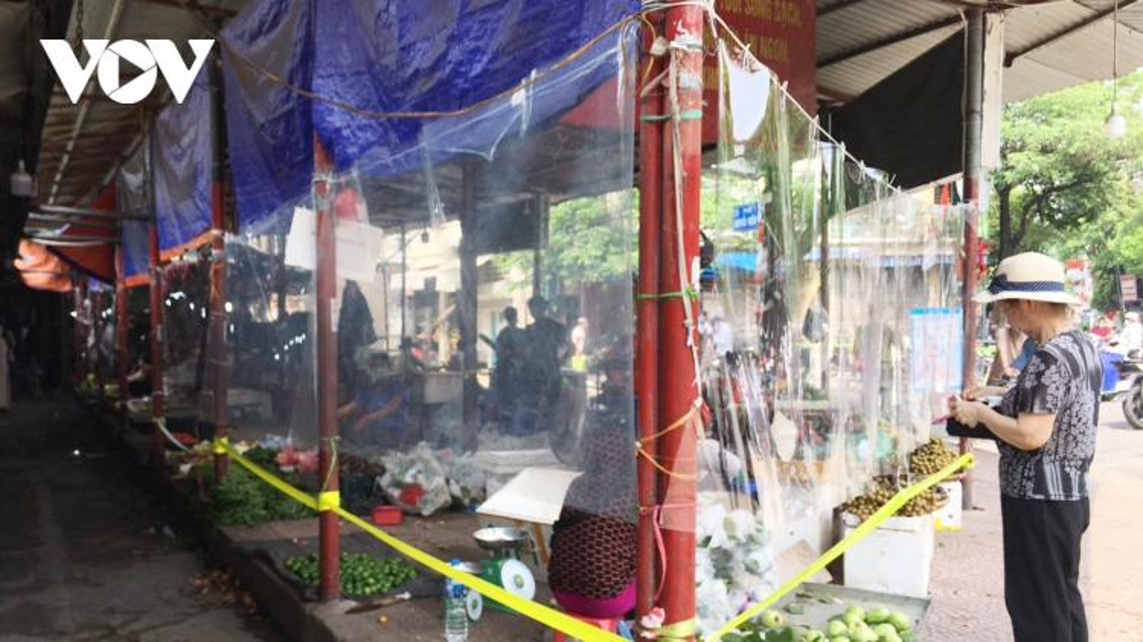Tiểu thương ở Hà Nội tự làm tấm chắn giãn cách phòng dịch