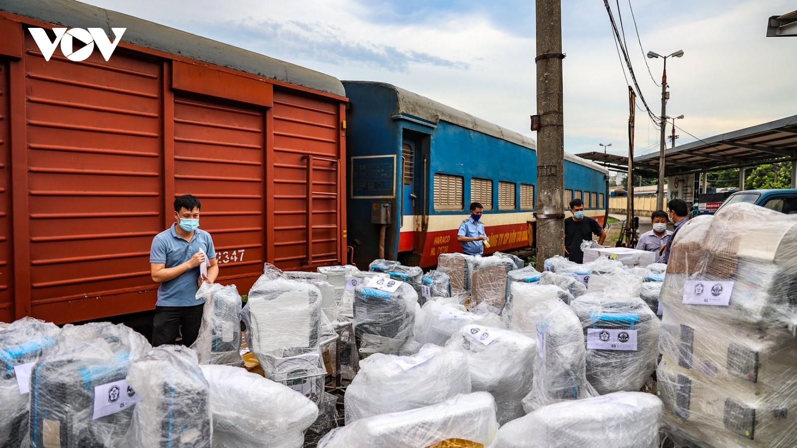 Hơn 10 tấn trang thiết bị y tế được vận chuyển bằng tàu hỏa vào TP.HCM chống dịch COVID-19