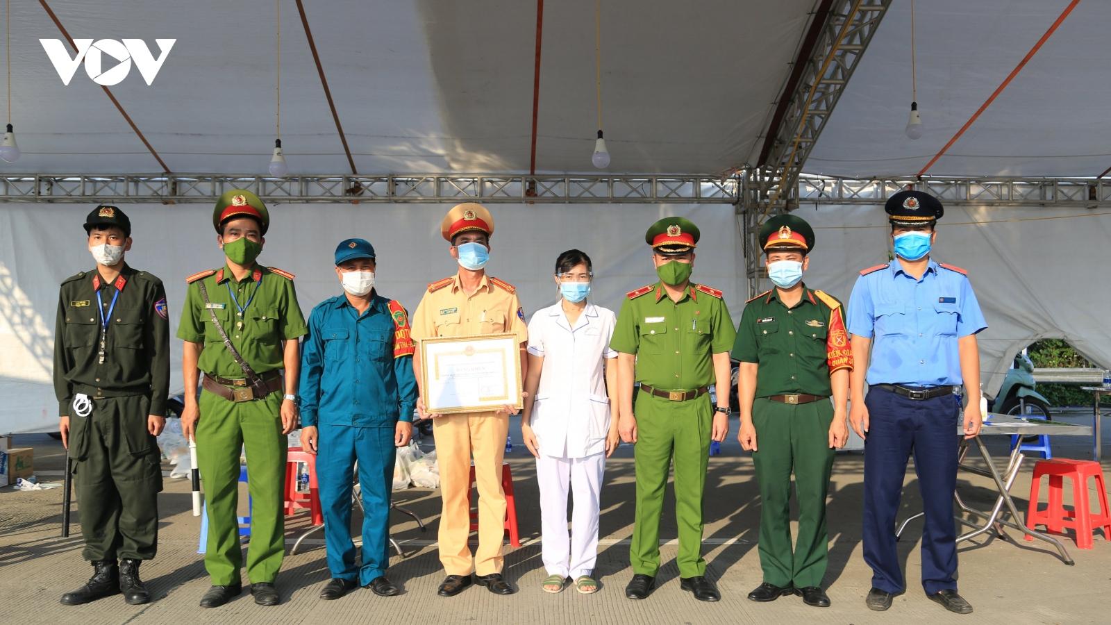 Chủ tịch UBND thành phố Hà Nội tặngbằng khen cho2 chốt kiểm soát dịch bệnh